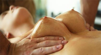 El perfecto masaje para las tetas de Alexis Adams