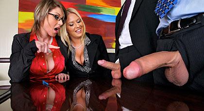 Jefa y secretaria atienden a empleados