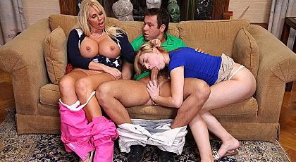 Jugando con su hijastra y el yerno