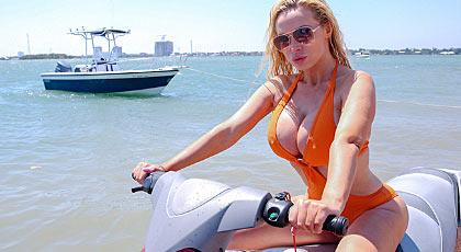 Nikki y sus tetas te ponen como una moto